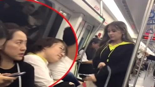 小情侣地铁上闹分手,这分手理由,整个车厢都笑了!