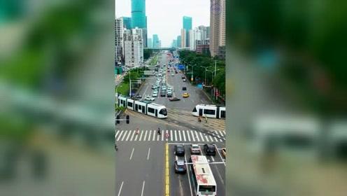 横穿城市的轻轨,这车要是过马路,要看红绿灯吗!