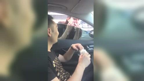 美女在车的后视镜化妆,车主恶搞递上纸巾,妹子太尴尬了