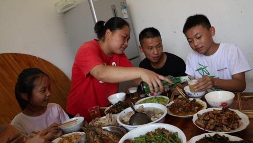 农村人有多热情?二表姐一个电话,让胖妹去陪客,一桌好菜吃过瘾