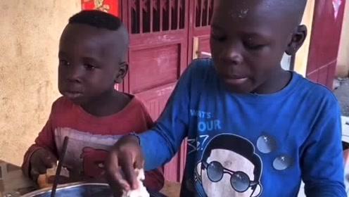 非洲孩子做非洲大蜗牛,非洲的蜗牛也太大了吧
