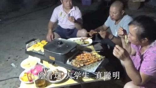 女儿给父母改善伙食,一家人围在一起烧烤,满满一桌美食真热闹!