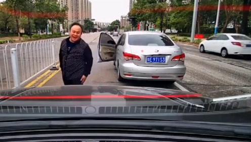 这司机真是人才,要不是有视频,真不相信还能这样加塞!
