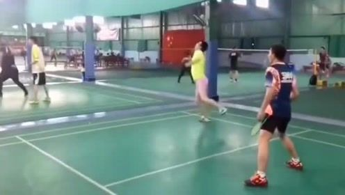 这位美女打球太魔性了,好销魂啊