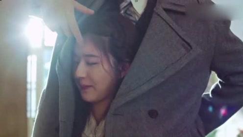 霸道总裁帮美女拿东西,趁机用外套将她裹在怀里,这也太会撩了吧!