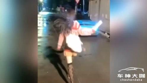 一女子开豪车遮挡号牌拍短视频,被网友举报