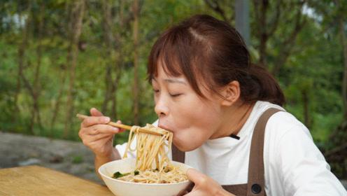 秋妹早上吃炸酱臊子米粉,大口大口嗦粉,又辣又Q弹好过瘾