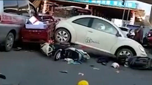 通报:广西一司机操作失控汽车倒退撞上多车 司机当场身亡4人受伤