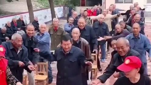 志愿者带着敬老院的老人跳舞,画面非常欢快,眼前的一幕让人非常暖心!