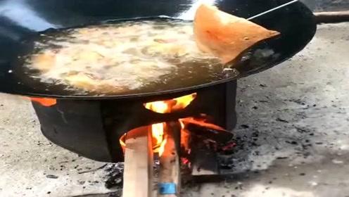 广东人油炸五花肉为什么要边炸边浇水?是怕猪皮炸的太老不好吃吗?