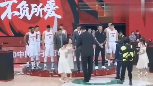 CBA常规赛请来姚明颁奖,和礼仪小姐走一起出现最萌身高差!