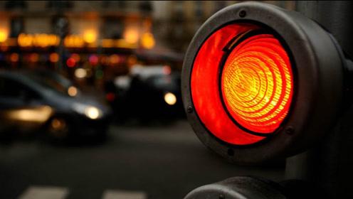 黄灯最后一秒过线,继续走还算闯红灯吗?交警:再说最后一次