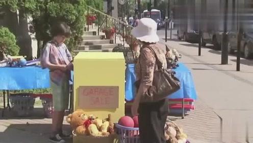 国外恶搞:路人帮忙拉柜子,把小男孩的衣服一