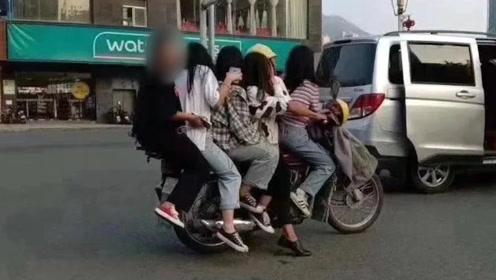 """拉风!大叔骑摩托车载5美女街头前后""""叠罗汉"""",民警一查更吓人"""