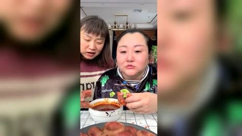 胖姐开饭了,圈圈肠蘸辣椒油吃得津津有味的,伙食真不错