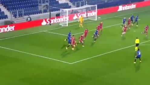 欧冠现场 萨拉赫长途奔袭破门!两点一线,解围变助攻,进球就是这么简单!