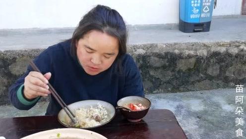 苗大姐做广式煲仔饭,排骨扒满饭,饭有点看不下去了