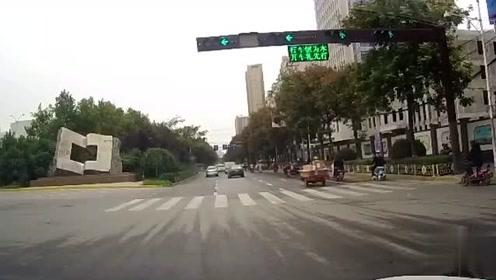 单车女司机悠闲闯马路,视频车师傅丝毫不让,一脚油门当场教做人