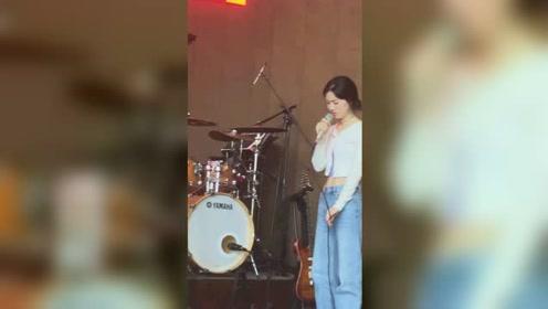 单依纯在tzhouse音乐现场演唱薛子谦的歌曲《你还要我怎样》