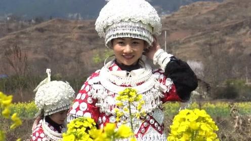 贵州苗族村花出嫁,路过一片油菜地,伴娘们忙