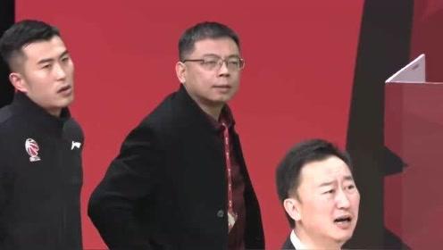 这就是CBA!浙江男篮球队总经理场边怒斥疑裁判,被驱逐出场