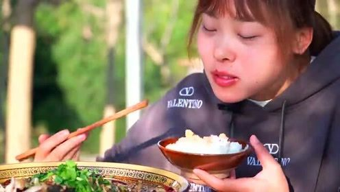 秋妹今天吃美蛙鱼头,配上自己种的折耳根,麻辣鲜香好过瘾
