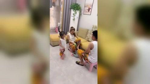 女儿不愧是妈妈小棉袄!美女洗脚帅哥撤掉凳子