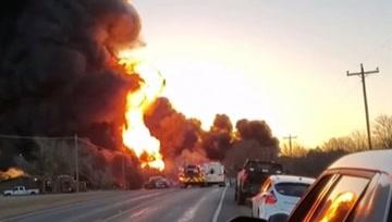 美國一輛大型貨車與火車相撞,引發巨大爆炸