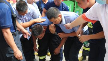 消防员4次冲上20多层高楼救人 疏散225人后中暑呕吐