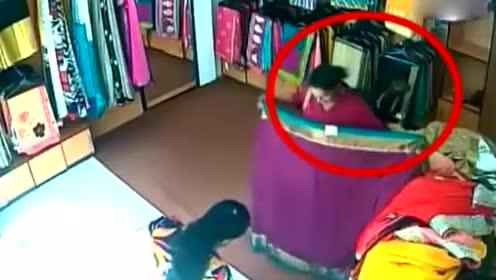 一对年轻母女在服装店买衣服,监控拍下的画面叹息不已