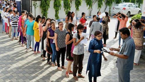 印度考场严防作弊 女生被迫当众脱文X