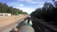 国外版铁道飞虎!疾驰的火车顶上飞奔 拿生命开玩笑
