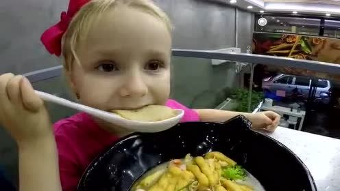 俄罗斯大叔带女儿和漂亮老婆吃中国海鲜冒菜 为