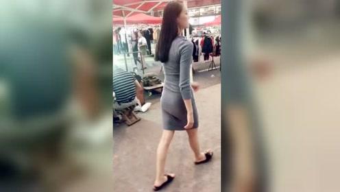 街拍紧身裙美女,包裹出性感身材