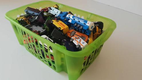 在儿童汽车内找到绿色玩具车 儿童视频