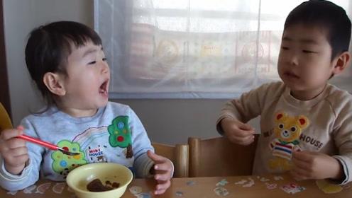 哥哥趁着妹妹不注意抢走了一块巧克力,生气的妹妹一直盯着哥哥看