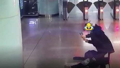 塑料兄弟情?男子醉倒在地铁站,好友竟对其比