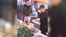 二货卖菜说买越多越不要钱,结局被小伙子套路