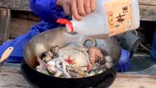 渔民大哥教你烧海鲜,简单的食材加上古老的烹饪方式,吃着很够味