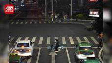 太危险!醉汉斑马线上盖被呼呼大睡 好心路人拿车为其挡车流