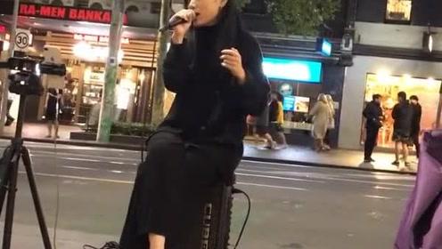 美女正在直播唱歌,脚在魔力转圈圈,很抢戏啊