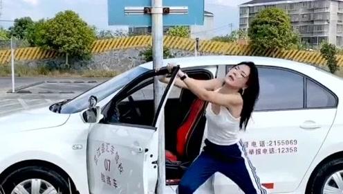 驾校女学员的基本操作,看到她的举动,教练现
