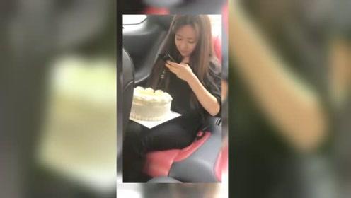 女友刚买个蛋糕,路上被小伙子恶搞,总是走在