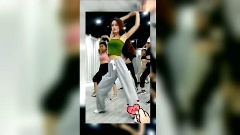 新来的美女舞蹈老师气质就是不一样,把其他女生都比下去了!
