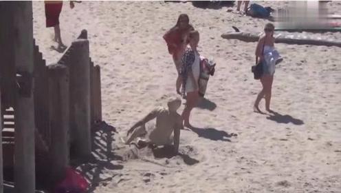 国外爆笑街头恶搞:埋在沙堆里的沙人,这样吓美女才刺激