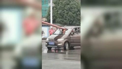 面包车路口迎面撞上风力发电机叶片被刺穿 车内乘客一死一伤