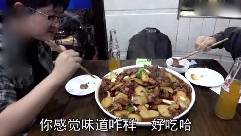街头美食:最牛炒鸡,4口锅不停炒人均25元,顾客挤不上桌能吃上靠运气