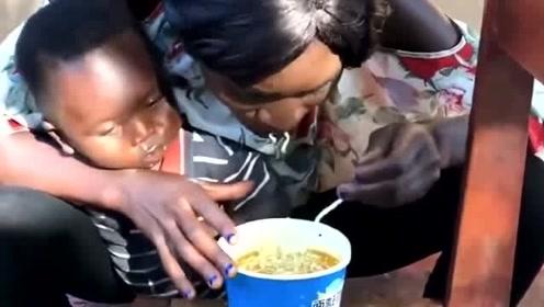 非洲女人带娃实在是太可怕了,这小孩能活下来,完全就是靠运气啊