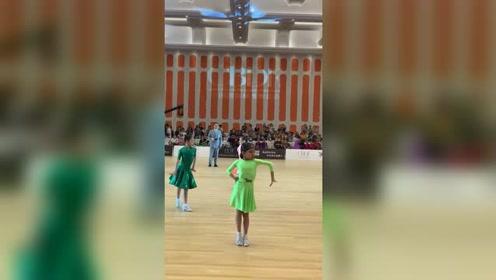 表情上彩虹妹就已经是场上的小王后了! #拉丁舞#