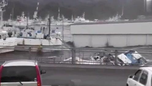 海啸发生的那一刻,视频记录了下来,汽车跟玩具一样